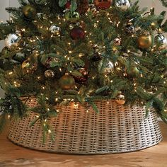 Do you dream of transforming your cocoon into a miniature Christmas village? We give you all the tips to choose the size of your Christmas tree according to the place you reserve for it, its price and its decorative look! Christmas Tree In Basket, Christmas Balls, Christmas Wreaths, Christmas Decorations, Peacock Christmas Tree, Bohemian Christmas, Merry Christmas, Christmas Blessings, Natural Christmas