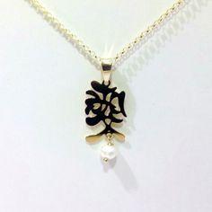 be5b65588c73 Colgante de plata de primera ley rodiado en oro amarillo con la palabra  amor en letras