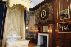 "Hampton Court Palace ""Queen's Bedchamber "" - Google Search Tudor Era, Hampton Court, Beautiful Buildings, Beautiful Castles, Medieval, Royal Palace, Historical Architecture, Elegant Homes, Victorian Homes"