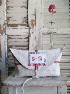 Pochette à Rabat arrondi { PRA-02} SOLDE / Si un mas m'était conté Ticking Fabric, Hemp Fabric, Pot Pourri, Creation Couture, Cross Stitch Alphabet, Embroidered Bag, Linen Bag, Linens And Lace, Cosmetic Bag