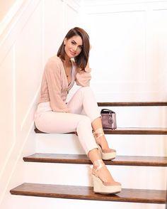 Camila coelho All neutral for a super busy day! Now it's time to finish packing for #NYFW! --------- Tons neutros pro dia super cheio de hoje (com sandalia confortável e feminina de @carmensteffens ) Agora é finalizar as malas pra semana de moda!
