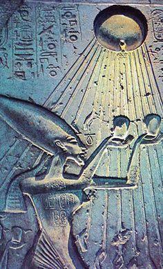 Egyptian -La Regina Nefertiti offre i suoi doni ad Aton, Dio-Sole, che l'avvolge con i suoi raggi.