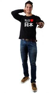 Arigatô! : O Japão é um país incrível, e todos nós sabemos disso. Tanto que a Camisetas da Hora tem a camiseta I Love Japan . O símbolo do amor já universal, mas os símbolos japoneses dão o tom especial para a estampa.    Mesmo que muita gente não fale japonês, o importante é valorizar o que eles trazem de bom. Além da ordem, do respeito ao próximo e da valorização dos antepassados,