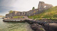 スオメンリンナ(Suomenlinna)の要塞は、フィンランドで最も人気のある名所の一つで、首都ヘルシンキからフェリーですぐに行ける場所にあります。本来、この群島船団の基地は、フィンランドがスウェーデン王国の一部であった18世紀半ばに建てられもので、1991年には、ユネスコの世界遺産に指定されました。