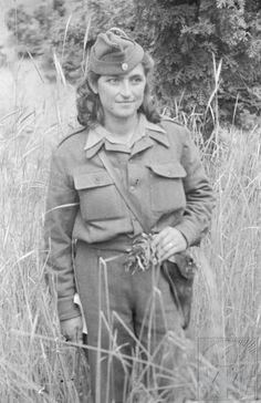 θυΣιαΖοντας τα νιατα. Military Chic, Military Women, Military Art, Military History, Women In Combat, Ww2 Women, 1940s Woman, Military Branches, Central And Eastern Europe