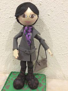 Fofucha morena de pelo corto con pantalón de tela, gabardina, botas de tacón y bolso de piel.