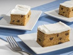 Frosted Apple Raisin Cake- This cake is a perfect family dessert or afternoon snack. Made with Musselman's Original Apple Sauce. Apple Cinnamon Smoothie, Applesauce Cake Recipe, Raisin Cake, Skillet Bread, Apple Crisp Easy, Spice Cookies, Breakfast Bake, Apple Butter, Apple Recipes