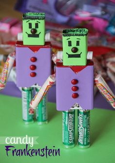 Candy Frankensteins from Cookies & Cups! Halloween Candy Crafts, Theme Halloween, Holidays Halloween, Halloween Treats, Halloween Diy, Holiday Crafts, Holiday Fun, Happy Halloween, Halloween Decorations