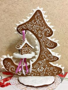 This is an amazing piece of Gingerbread art! This is an amazing piece of Gingerbread art! Cool Gingerbread Houses, Gingerbread House Designs, Gingerbread Decorations, Christmas Gingerbread House, Noel Christmas, Christmas Goodies, Christmas Treats, Gingerbread Cookies, Christmas Decorations