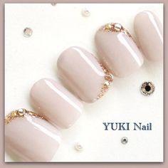 【新着情報】yuki nail ブライダル専門ショップをクリーマにて出品いたしました↓http://www.creema.jp/c/yuzu-nail《大切な日にいつものネイルは指先が寂しくなってしまいます。ドレスに合わせる特別なネイルをご用意しております》 【商品紹介】こちらの商品は薄いアッシュモカカラーのシンプルネイルになります。さり気なくきらりと光るビジューが上品なデザインです。左右対称の同じ柄の10本セットでお届けいたします。ジェルでお作りしていますのでツヤツヤの仕上がりです。 ☆☆ お買物ガイド ☆☆【チップの種類】◎ショート / 爪幅が狭く短い爪がお好みの方におすすめです。◎レギュラー / 爪幅が広く長すぎず短すぎないラウンド型になります。◎オーバルショート / 爪幅が広く長い爪。爪先が細いポイント型。◎オーバルロング / 爪幅が狭く長い爪。爪先が細いポイント型。 【規格サイズ】◎ショートL) 0 4 3 4 7 M) 1 5 4 5 8 S) 1 6 5 6 9◎レギュラーL) ...