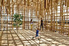 Guests were invited to climb the bamboo lattice in the Folkestone Triennialin London designed by the Dutch artist – based in Amsterdam- Gabriel Lester. Parasitic Architecture, Bamboo Architecture, Amazing Architecture, Greenhouse Glass Panels, Dome Greenhouse, Building Costs, Building Plans, Bamboo Light, Green Facade