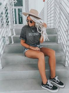 Surfer girl style if one of the coolest looks. It's laid back and perfect for beating the heat. Here are 8 examples of how to rock that surfer girl style. Cute Summer Outfits, Cute Casual Outfits, Short Outfits, Stylish Outfits, Spring Outfits, Girl Outfits, Fashion Outfits, Outfit Summer, Easy Outfits