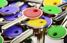 COLOR Le chiavi Color hanno una pratica testa in plastica personalizzabile che permette un'immediata identificazione. Sono disponibili nei profili più diffusi e in sei brillanti cromatismi: rosso, giallo, viola, blu, verde e nero.