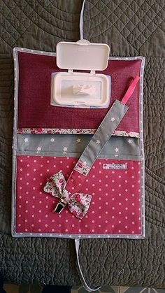 Original birth gift set diaper pouch and wipes and att . Baby Couture, Couture Sewing, Baby Sewing Projects, Sewing For Kids, Baby Crafts, Diy And Crafts, Baby Dolls For Kids, Baby Shower Deco, Diy Cadeau