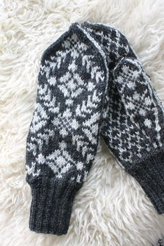 Selbu mittens in norwegian traditional pattern