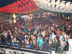 Debaixo de chuva multidão acompanha show da 1ª noite do São Pedro 2013 de Água Branca ...