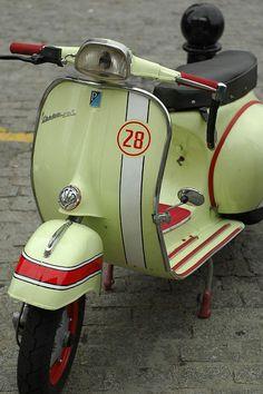 Vespa - scooters and bicycles … Vespa Piaggio, Lambretta Scooter, Vespa Scooters, Fiat 500, Triumph Motorcycles, Vintage Motorcycles, Vespa Rally, Vespa Sprint, Vespa Vintage