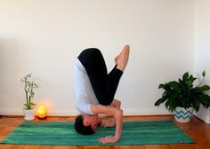 Here is a yoga sequence for your crown chakra. The crown chakra, Sahasrara, meaning 'thousand petals', is related to Yin Yoga Sequence, Yoga Sequences, Yoga Poses, Chakra Meditation, Chakra Healing, Chakra Chart, Yoga For You, Yoga Positions, Vinyasa Yoga
