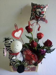 Rosas naturales, rosas de chocolate, gomitas, peluche, globo, un detalle especial para este día de San Valentín