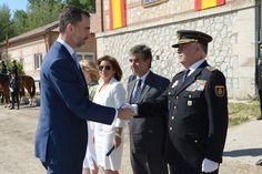 Don Felipe saluda al director adjunto operativo del Cuerpo Nacional de Policía, Eugenio Pino Madrid, 28.05.2015