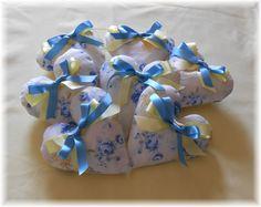 MISURE STANDARD: largh. 48 cm x alt. 38 6 laccetti lunghi 30 cm ciascuno 2 cordoncini lunghi 20 cm circa Decorazione semicerchi: Preparo il modello. Prendo i due pezzi della stoffa scelta per la decorazione a semicerchi, li posiziono dritto su dritto, metto sopra il modello della decorazione, lo fermo con degli spilli e lo riporto sul retro della stoffa scelta la sagoma: Etsy Fabric, Gift Wrapping, Sewing, Gifts, Diy, Sew Simple, Quilts, Dish Towels, Costume Design
