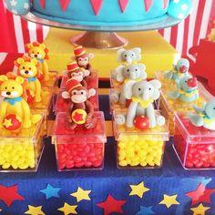 Caixinhas de acrílico com bichinhos de biscuit em cima #circo #festapersonalizada #festacirco #lembrancinhacirco
