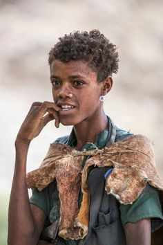 View top-quality stock photos of Ethiopia Amhara Region Welo Portrait Of Young Man Wearing Goatskin Cape. Find premium, high-resolution stock photography at Getty Images. African Tribes, African Art, African Traditional Dresses, Traditional Outfits, Ethiopian Tribes, Ethnic Diversity, Eritrean, Mexica, Annie Leibovitz