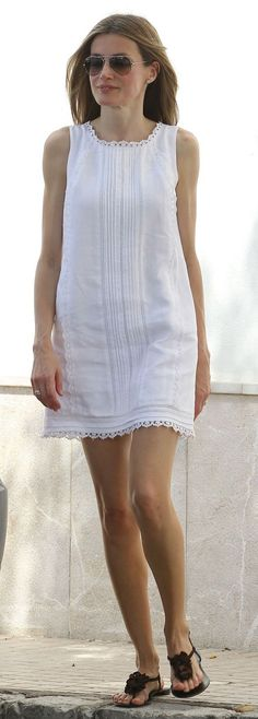 Queen Letizia of Spain's most stylish looks Linen Dresses, Cute Dresses, Beautiful Dresses, Casual Dresses, Short Dresses, Casual Outfits, Summer Dresses, Mode Outfits, Fashion Outfits