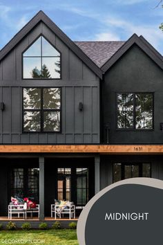 Paint your home's exterior black for a trendy modern look. Check out these amazing black exterior homes! Best House Colors Exterior, Exterior Paint Color Combinations, Exterior Paint Colors, Dark Paint Colors, Best Exterior Paint, Modern Color Schemes, Exterior Color Schemes, House Paint Exterior, Exterior Homes