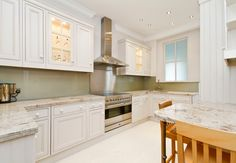 Gestalten Sie Ihre Küche mit wunderschöner Glasrückwand und Granitarbeitsplatte  http://www.schiefer-deutschland.com/glasrueckwaende-kueche-schillernde-glasrueckwaende