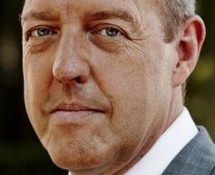 Harry Piekema 23-05-1959 Nederlands acteur, televisiepresentator, stemacteur, toneelspeler en regisseur. Hij was van 2004 tot en met 2014 te zien als supermarktmanager in reclamespotjes van de Nederlandse supermarkt Albert Heijn.  Op 18 december 2008 kreeg Piekema tijdens de uitreiking van de Ster Gouden Loeki een oeuvreprijs voor zijn rol in de reclamespotjes van Albert Heijn. Dankzij deze rol heeft Harry Piekema een grote schare fans gekregen.  https://youtu.be/M-r_Yzsga9s?t=3
