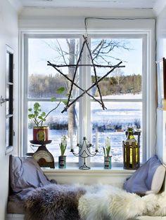 julpynt i fönstret och platsbyggd soffa i lantlig stil