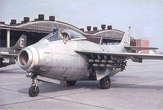 F-22 hette vårt flygförband i Kongo och bestod av Flygande Tunnor SAAB J-29. Ddenna maskin är klar för uppdrag, laddad med 2 x 7 skarpa granater .