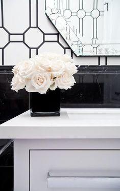 Elegant Home Decor, White Home Decor, Black Decor, Rose Vase, Flower Vases, Flower Arrangements, Black And White Vase, White Vases, Black Marble Bathroom