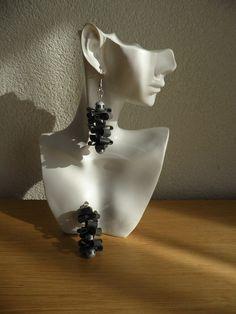 Oorbellen met stardust glaskralen zilver. Zwart rubber sieraden. Gerecycleerd en origineel kunst. Oorbellen zijn 6 cm lang.