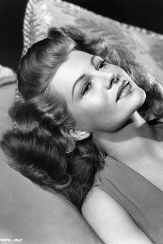 Portrait of Rita Hayworth, Golden Age Of Hollywood, Vintage Hollywood, Hollywood Glamour, Hollywood Stars, Classic Hollywood, Rita Hayworth, Marilyn Monroe, Margarita, Divas