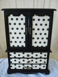 Up-cycled Jewelry Boxes – colorfulhomeblog Wow, this is beautiful! To see more at my site go to Jewelry or Vintage Board.