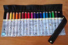Porta Lápis de Cor  Estojo de tecido de rolo  Cabem 36 lápis de cor (NÃO INCLUSOS)  Faço na estampa e cor que o cliente desejar, desde que eu tenha o material.  Comprimento aberto: 47 cm  Largura aberto: 24 cm