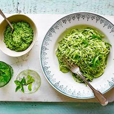 Een makkelijk, gezonde en groene pasta zonder gluten! Dit gerecht is licht verteerbaar en lekker pittig door de rucolapesto. 1 Doe de courgettesliertjes in een vergiet met een scheutje olie en een snuf zout. Schep ze door elkaar en laat ze 10...