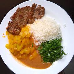 A imagem pode conter: 1 pessoa, comida, Diet Recipes, Vegetarian Recipes, Cooking Recipes, Healthy Recipes, Simple Recipes, Cooking For Dummies, Healthy Snacks, Healthy Eating, Party Food Platters