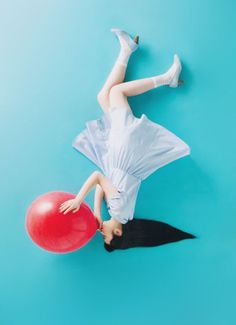 Upside down. Love the bright colours Foto Fashion, Fashion Shoot, Editorial Fashion, Color Photography, Fashion Photography, Bubble Balloons, Red Balloon, Photoshoot Inspiration, Custom Cars