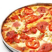 Italiaanse hartige taart met mozzarella-tomaten-pesto 6 plakjes bladerdeeg 180 gram mozzarella 6 tomaten (het liefst romatomaten) 5 eetlepels groene pesto 2 teentjes knoflook 4 eetlepels olijfolie 150 gram feta Deegbodem met vork inprikken en besmeren met pesto. Mozzarella en tomaat erover verdelen. Taart besprenkelen met olie en knoflook en in ca. 30 minuten gaar bakken. Feta over warme taart verdelen. Taart 2 minuten terug in warme oven tot feta iets zacht wordt.