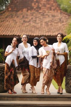 Ellegant white kebaya. Indonesian Kebaya, Kebaya Bali, Batik Kebaya, Kebaya Dress, Kebaya Brokat, Evening Gowns, Graduation, Wedding Inspiration, Beautiful Women