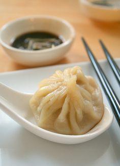 xiao long bao - little soup dumplings Un xiǎolóngbāo également appelé shoronpo en japonais ou syao rong bao est une variété de raviolis originaire de Shanghai, Chine, contenant un hachis de viande et de la soupe emballés dans une raviole de pâte de blé. Ils sont cuit à l'étuvée.