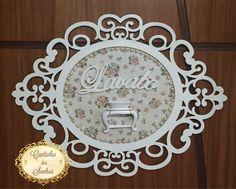 Moldura para porta de lavabo, detalhes em pérolas e resina.