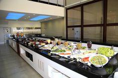 Projeto para cozinha industrial com arquitetura moderna e acabamentos inovadores como divisórias em resina, balcões com tecnologia de aquecimento e refrigeração em vidro temperado, telões e iluminação em led.    StudioIno   Villa Gusto