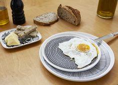 assiette pois  noir blanc marimekko en vente sur bau bau.fr Marimekko, Camembert Cheese, Dishes, Deco, Interior, Plate, Tableware, White People, Indoor