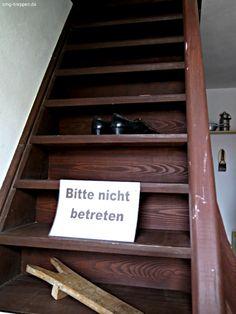 Was macht man, wenn Treppen zu steil sind - Bitte nicht betreten! In Wahrheit handelt es sich um eine Treppe in einem Heimatmuseum. Somit sollen Besucher vom Besuch im Obergeschoß abgehalten werden. Wenn es hilft ... #smgtreppen #wirdenkenmit #treppenblog #treppen #holztreppen #treppenbau Photo by www.smg-treppen.de