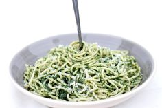 This Spaghetti with Spinach Sauce recipe is a super simple, quick, healthy and really delicious.