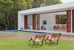 A arquiteta Joana Requião aposta na simplicidade para oferecer aos proprietários fins de semana sossegados, desfrutados em espaços liv...